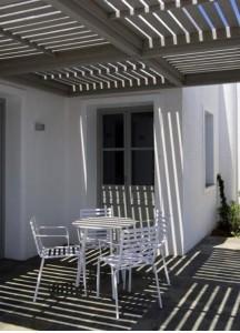 Terraza sencilla y refrescante con muebles de Gervasoni