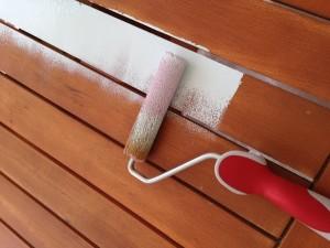 Pintando la mesa.